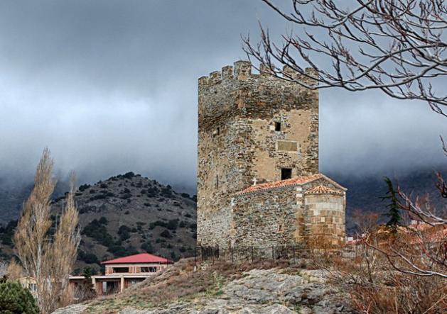 Портовая башня и храм 12 апостолов в Судаке - Зимний  Крым