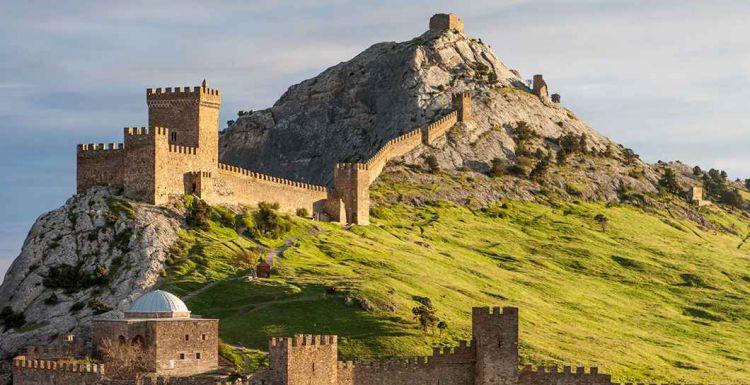 Вид на Судакскую крепость - Майские праздники в Крыму